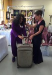 Antoinette offre une valise historique à Delphine qui a cassé la sienne en Arizona